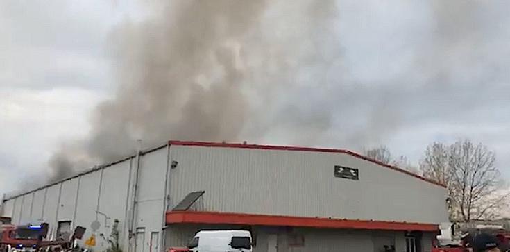 Pożar hali w Warszawie. Kilkanaście zastępów straży pożarnej w akcji, w drodze są kolejne jednostki - zdjęcie