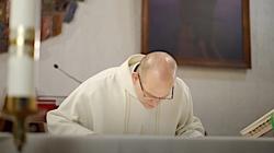 Msza święta. Dlaczego kapłan całuje ołtarz? - miniaturka