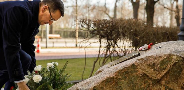Premier Morawiecki upamiętnił śp. Jana Olszewskiego - zdjęcie