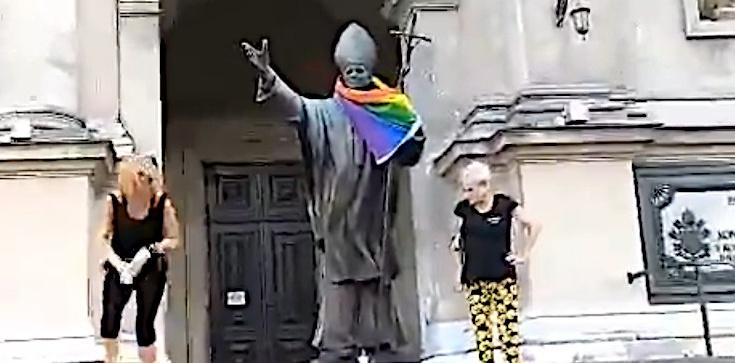 Tęczowa flaga na pomniku Jana Pawła II. Będzie postępowanie - zdjęcie