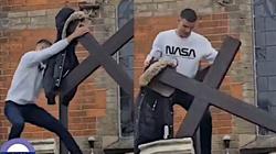 Londyn: W biały dzień, na oczach ludzi złamał i zerwał krzyż z kościoła [WIDEO] - miniaturka