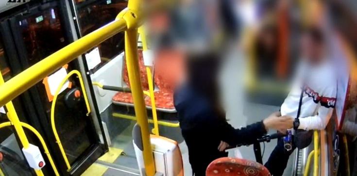 Tak to wyglądało naprawdę. Policja publikuje nagranie z interwencji w autobusie   - zdjęcie