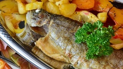 Ryba pieczona dużo zdrowsza niż smażona! Idealna na post - miniaturka