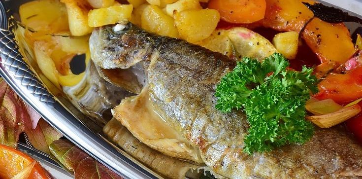 Ryba pieczona dużo zdrowsza niż smażona! Idealna na post - zdjęcie