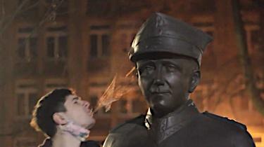 Działacz LGBT pluł na pomniki Żołnierzy Wyklętych. Prokuratura wszczyna śledztwo - miniaturka