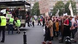 Protest ekologów w Warszawie. Przykuli się do metalowej konstrukcji - miniaturka