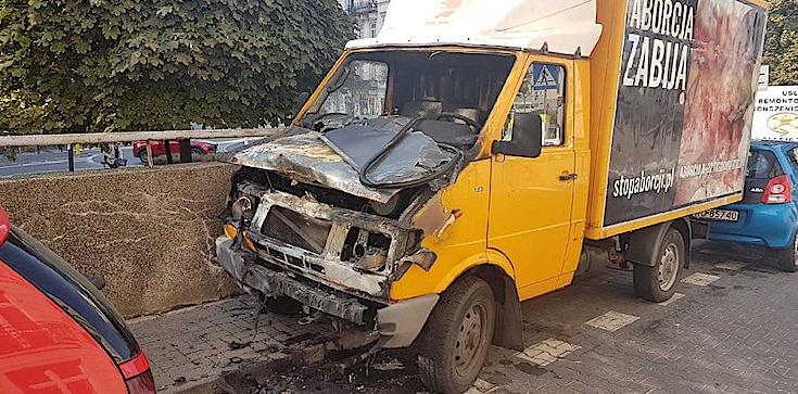 Spalono samochód antyaborcyjny w Warszawie! - zdjęcie