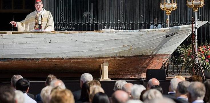 Kard. Woelki odprawił Mszę św. na ... barce uchodźców!  - zdjęcie