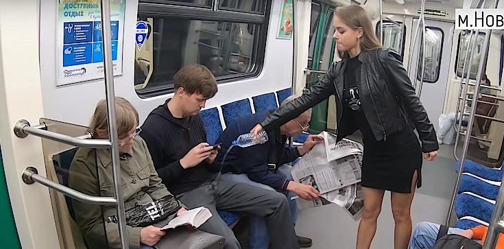 Rosyjska feministka oblewa krocza mężczyzn... wybielaczem. Walczy z ,,genderowymi agresorami'' - zdjęcie