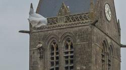 Dlaczego na kościele w Normandii wisi spadochroniarz? Niezwykła historia z czasów II WŚ - miniaturka