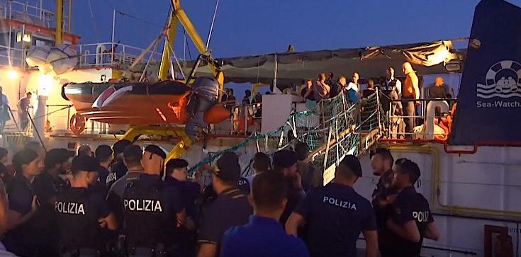 Imigranci siłą wpłynęli do włoskiego portu. Trafią do pięciu krajów UE - zdjęcie