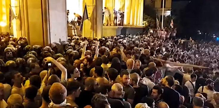 Gruzja: Tysiące ludzi na ulicach. Są wściekli po wizycie rosyjskiego polityka w parlamencie - zdjęcie