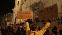Miarka się przebrała. Akcja Demokracja pozwana przez Zrzutkę.pl  - miniaturka