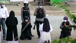 [Wideo] ,,Zabijcie mnie, ale nie ludzi'' – tak klęcząca zakonnica powstrzymała w Birmie policję - miniaturka