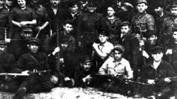 Jarmułki z głów przed polskimi ofiarami Żydów w Nalibokach - miniaturka