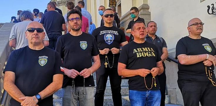Katolików odmawiających różaniec OMZRiK porównał do nazistów i faszystów - zdjęcie