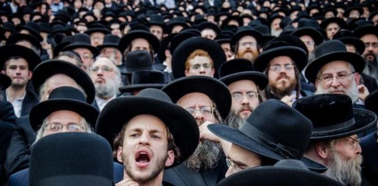 Jarmułki z głów przed polskimi ofiarami Żydów w Nalibokach! - zdjęcie