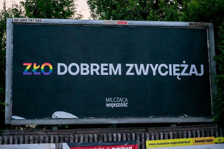Wolność słowa w wydaniu LGBT. Aktywiści próbowali zrywać plakaty  - miniaturka