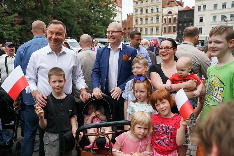 Prezydent chce zmiany Konstytucji RP. Dotyczy ochrony dzieci - miniaturka