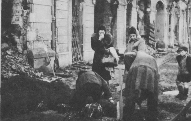 Sondaż. Polacy domagają się reparacji od Niemiec - miniaturka