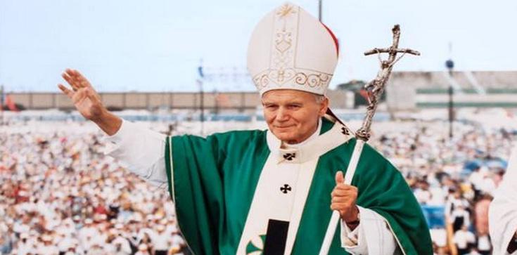 Sondaż. Św. Jan Paweł II ciągle w sercach Polaków. Nagonka nie działa - zdjęcie