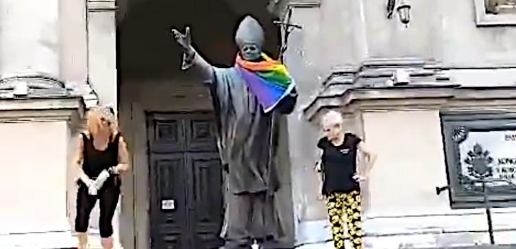 Tęczowa flaga na pomniku Jana Pawła II. Będzie postępowanie - miniaturka